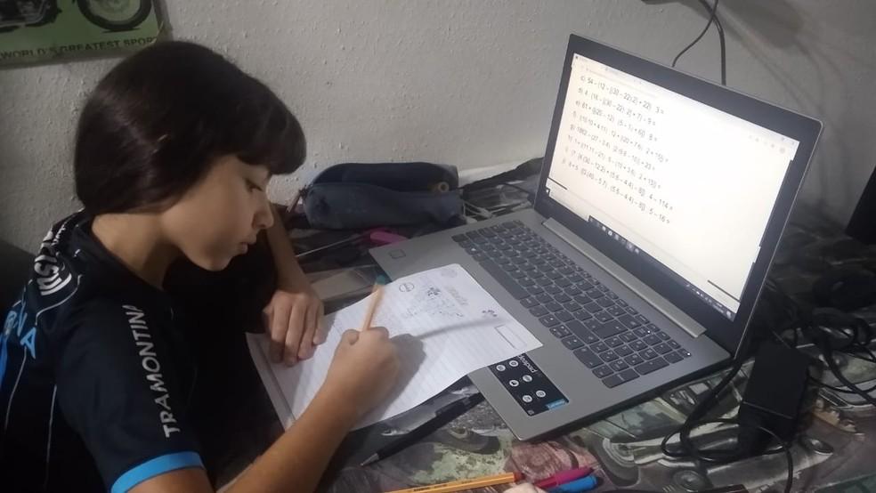 Valentina está estudando em casa em SC e relata dificuldades de entender disciplinas exatas sem presença de professores — Foto: Graciela Fell/Arquivo pessoal