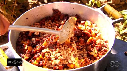 Família de carreiros ensina receita de feijão tropeiro