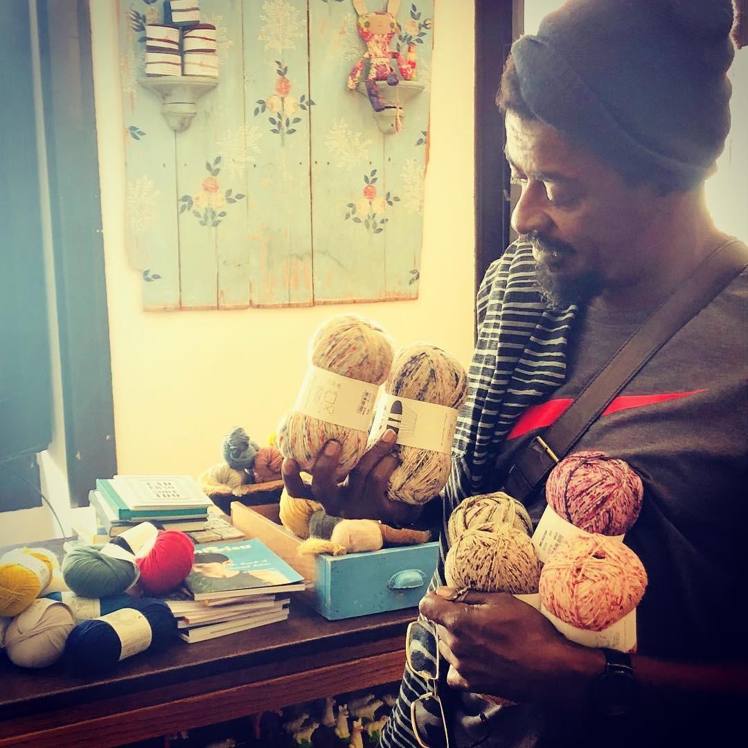Seu Jorge e seus novelos de lã (Foto: Reprodução/ Instagram)
