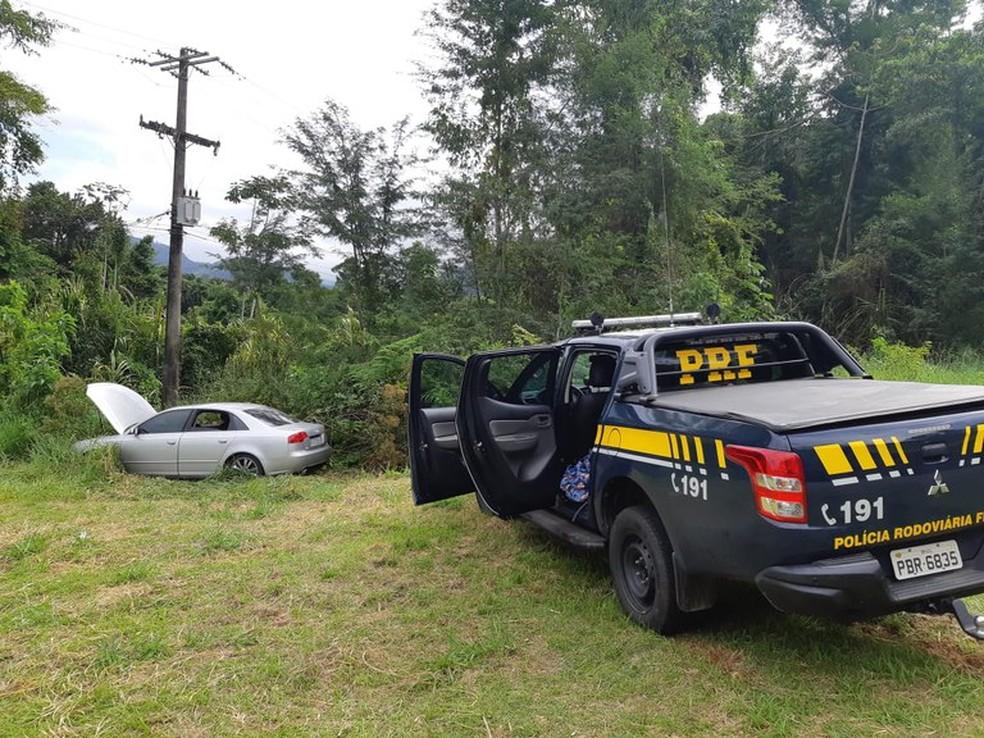 Homem tentou fugir, perdeu o controle e bateu carro — Foto: Divulgação