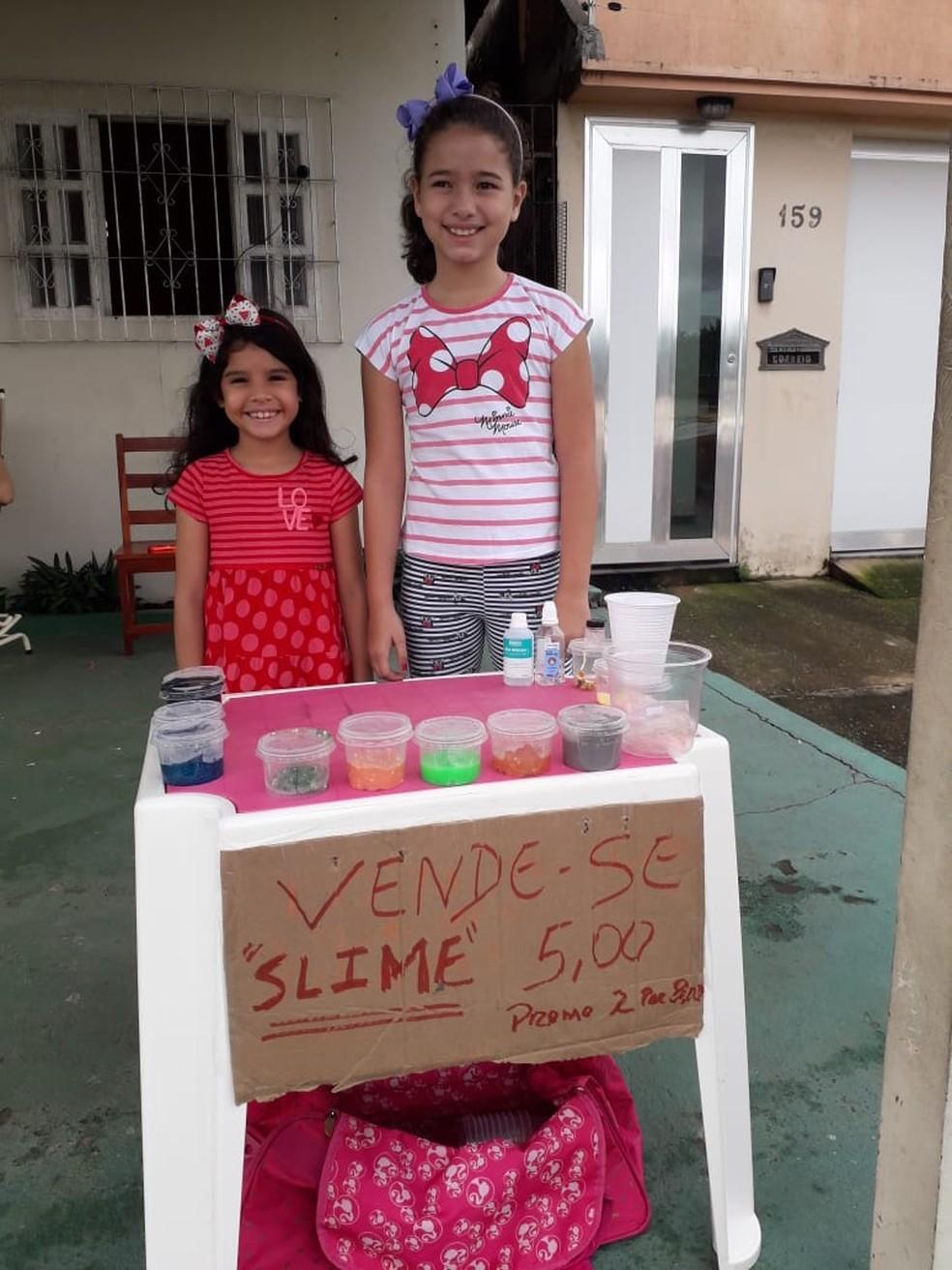 Juliana Queiros e Julia Lacerda, de nove e sete anos, decidiram vender os slimes por conta própria — Foto: Marcel Queiros/Divulgação