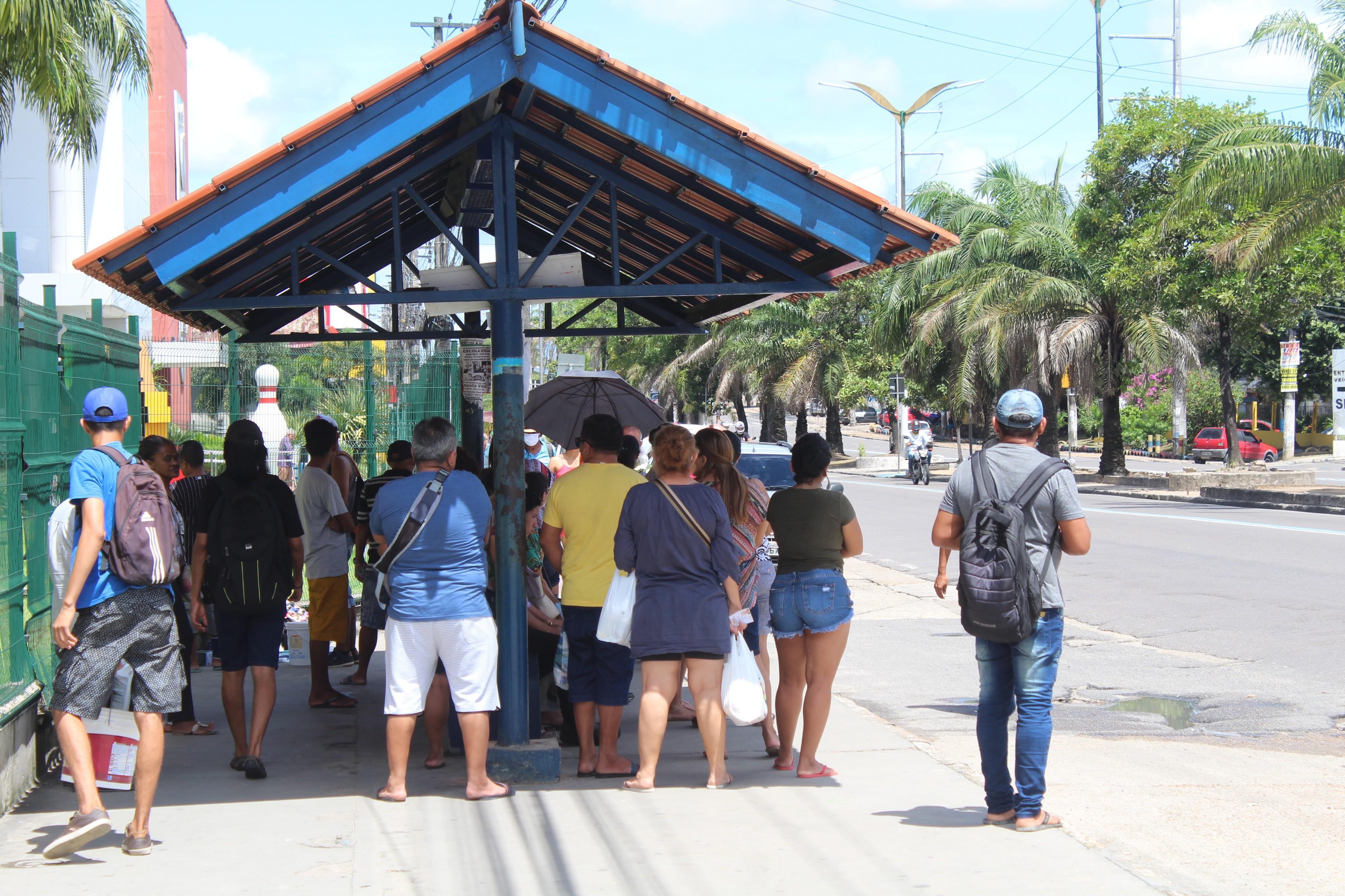 Ruas de Manaus têm aglomeração de pessoas e comércio de serviços não essenciais aberto mesmo com decreto para isolamento social