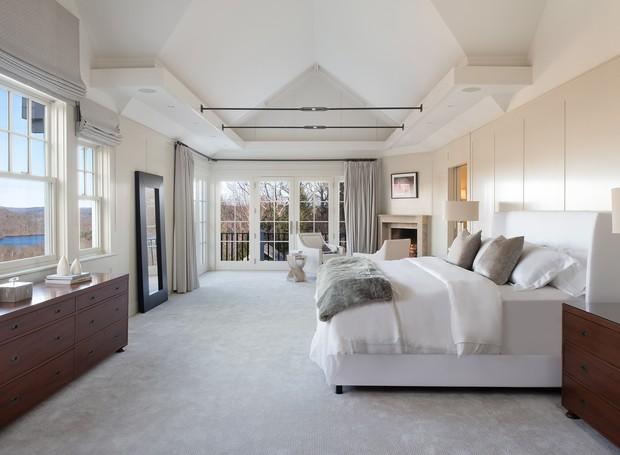 O quarto do casal é amplo e espaçoso. As janelas grandes trazem luz natural para o cômodo (Foto: The Wall Street Journal/ Reprodução)