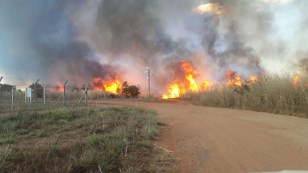 Incêndio de grandes proporções mobiliza bombeiros e helicóptero na região sul de Palmas