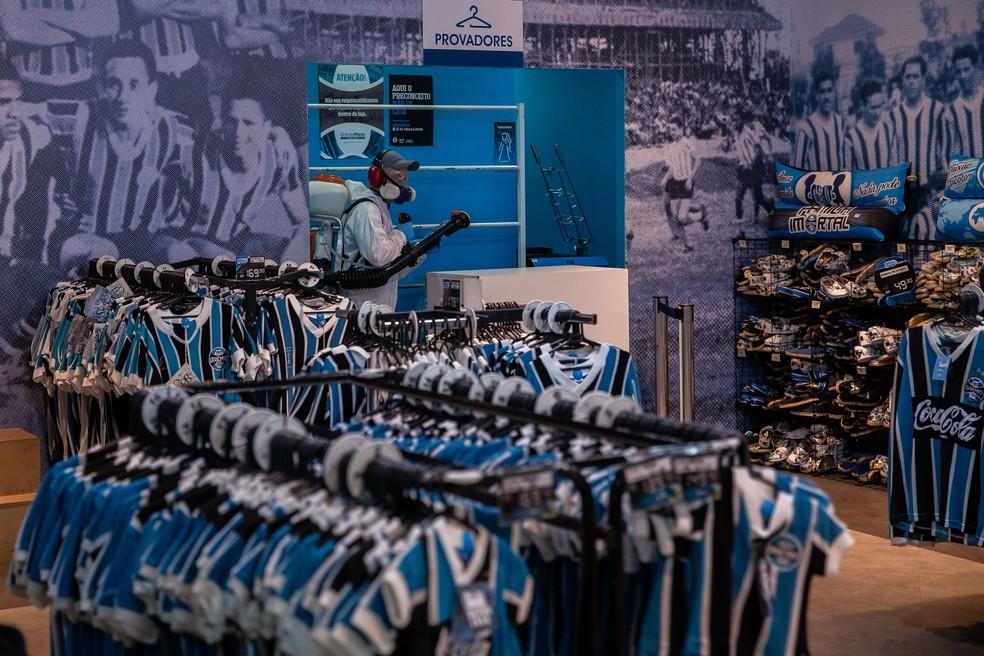 De olho em receitas, loja da Arena passou por higienização para reabrir nesta quarta — Foto: Lucas Uebel / Grêmio FBPA