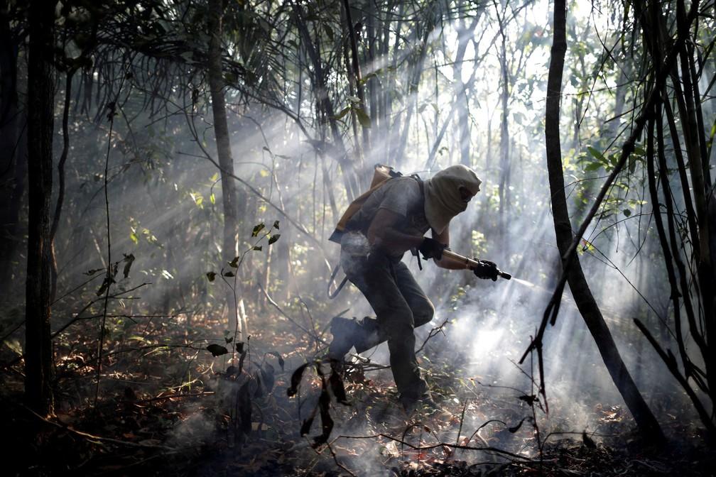 Brigadistas combatem queimada; Brasil teve recorde histórico no número de focos em apenas um ano (Foto: Ueslei Marcelino/Reuters)