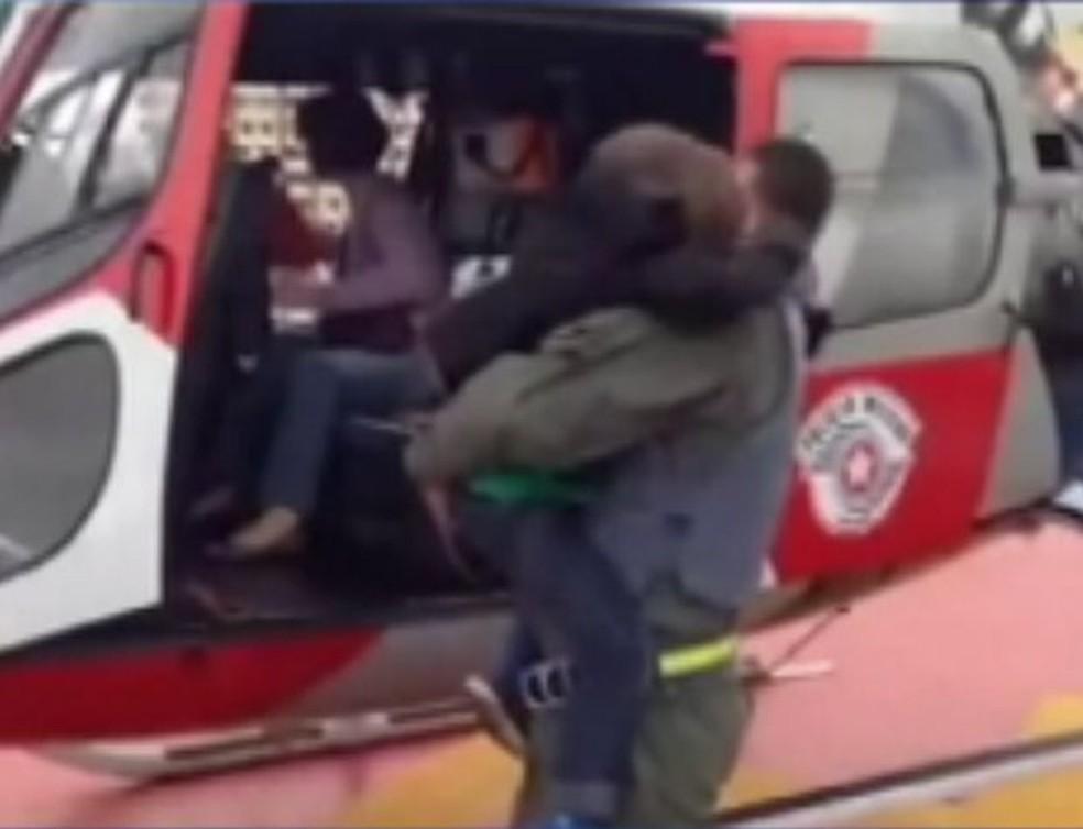 Menino foi levado até São Paulo pelo Águia  — Foto: Divulgação/ Polícia Militar