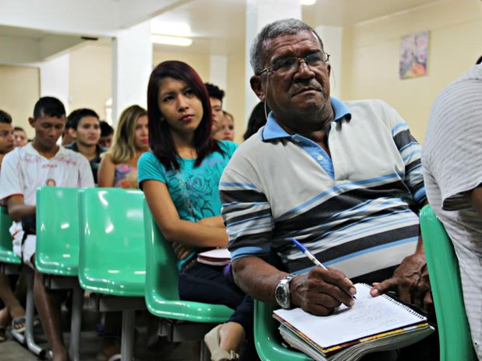 Para participar, os estudantes precisam ter no mínimo 50 anos, nível fundamental completo e tempo disponível para participar das aulas. — Foto: Adneison Severiano/G1 AM