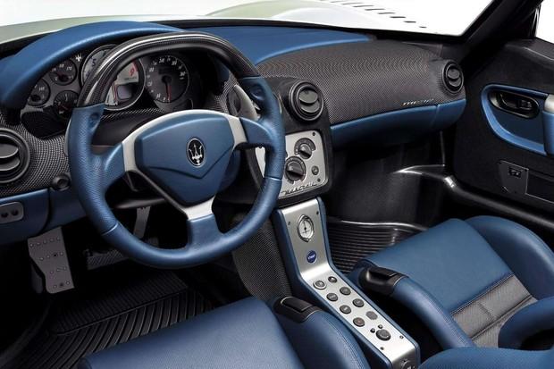 Interior é espartano, mas não dispensou o relógio da Maserati (Foto: Divulgação)