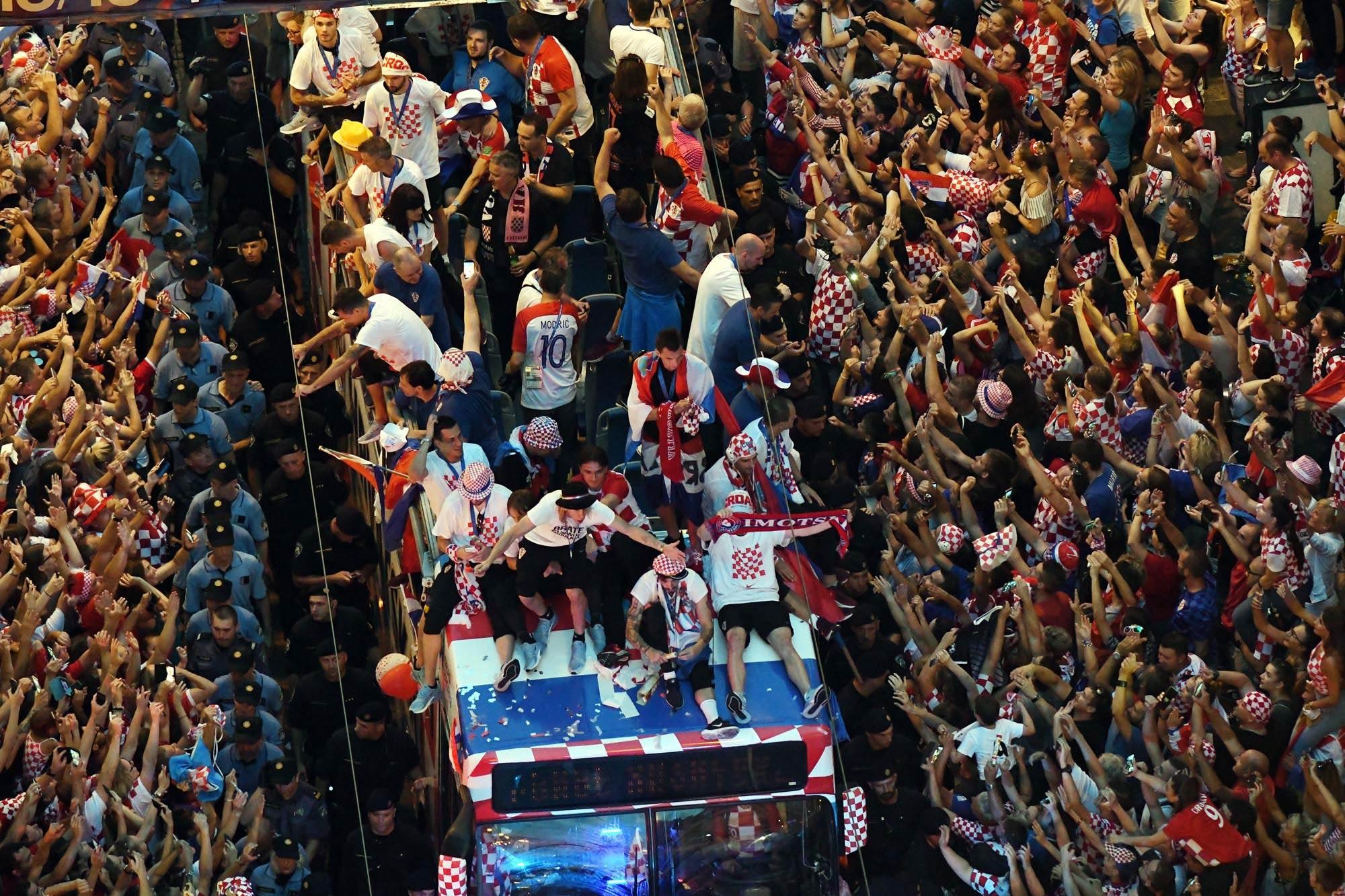 Seleção da Croácia é recebida com festa em Zagreb após 2º lugar na Copa
