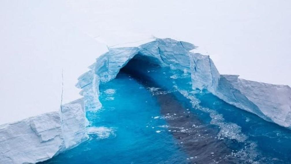 Voo de reconhecimento mostra também túneis se formando sob o maior iceberg do mundo — Foto: BFSAI/CORPORAL PHILIP DYE