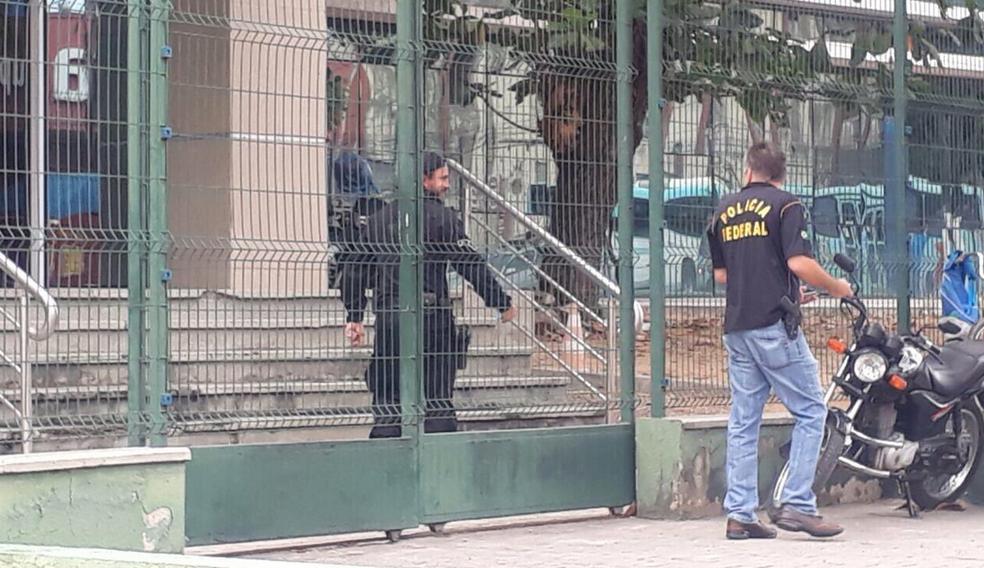 Policiais federais realizaram investigação dentro da sede da Divisão de Combate aoTráfico em Fortaleza. (Foto: Halisson Ferreira/TV Verdes Mares)
