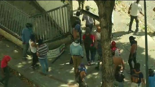 Grupo de militares que desafiou Nicolás Maduro deixa Venezuela, diz agência