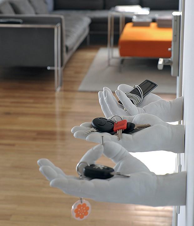 Ao chegar em casa, a arquiteta Valéria Blay dá as chaves a mãos sempre dispostas. Não estamos falando de funcionários domésticos, mas de divertidas peças de gesso. Elas foram compradas na loja do MoMa, em Nova York. (Foto: Marcelo Magnani/Casa e Jardim)
