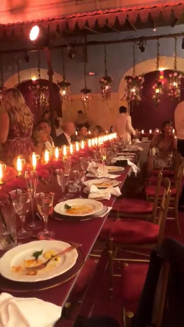 Casamento Chiara Ferragni e Fedez: Decoração com lâmpadas das mesas do jantar de ensaio (Foto: Instagram/Reprodução)
