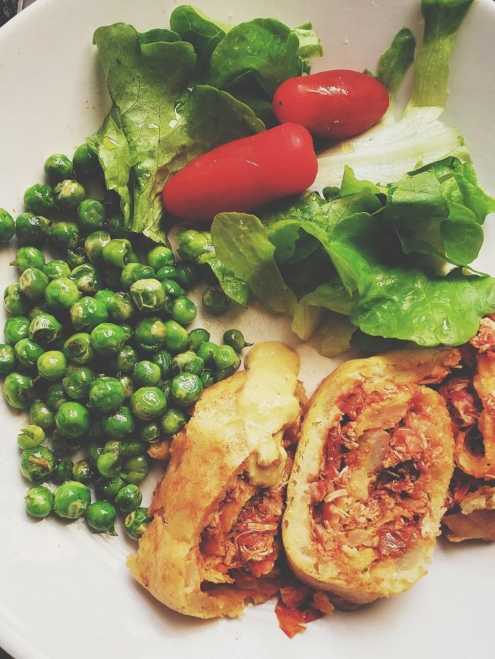 Rocambole de frango no prato