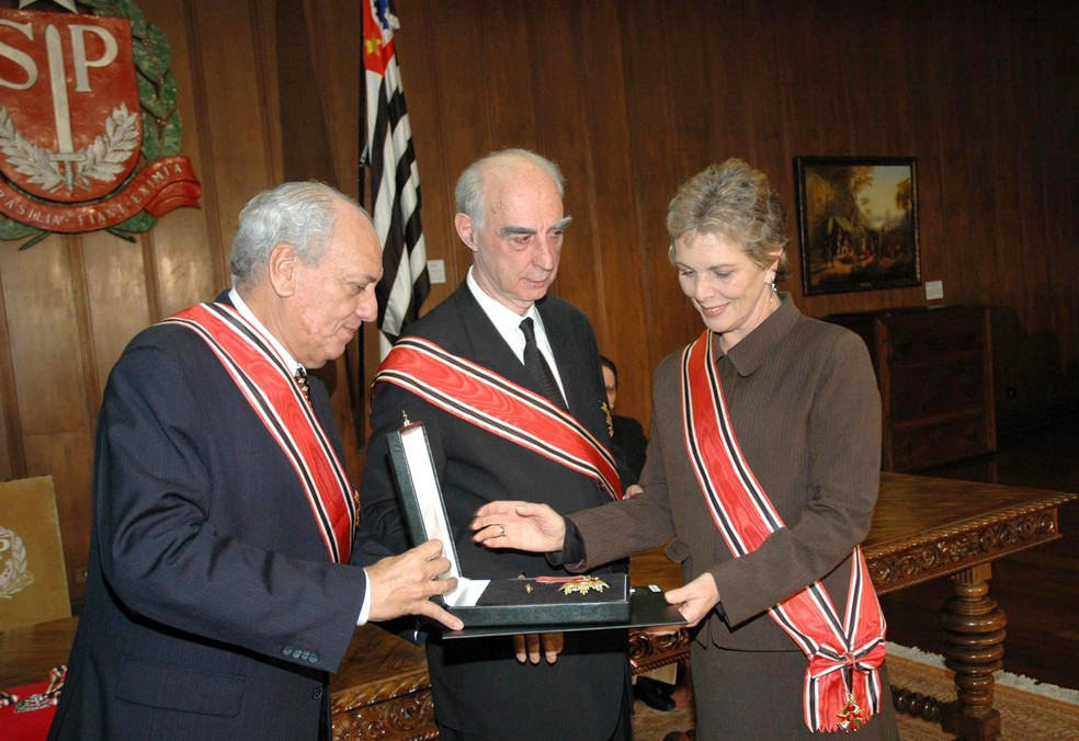 Governador Claudio Lembro entrega a Irene Ravache a medalha da Ordem do Ipiranga em setembro de 2006 — Foto: Eliana Rodrigues/Governo do Estado de São Paulo