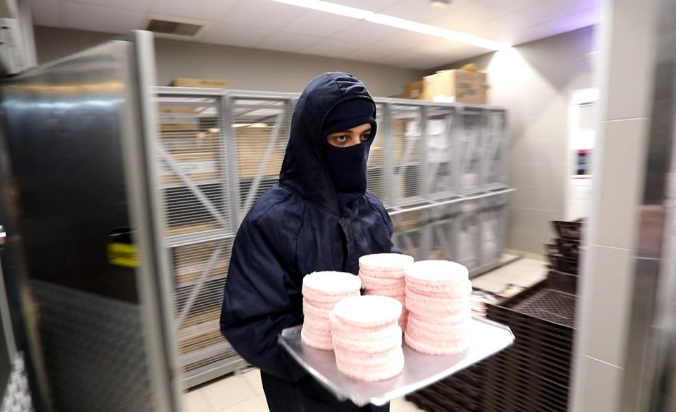 Funcionário do McDonald's retira hambúrguer de estoque congelado (Foto: Fábio Tito/G1)