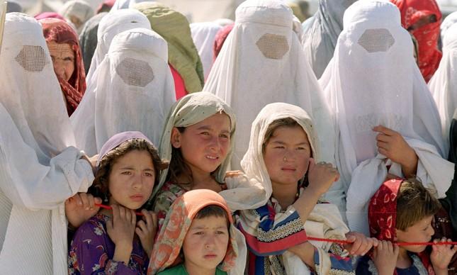 Mulheres e crianças afegãs num campo de refugiados após invasão americana, em 2001