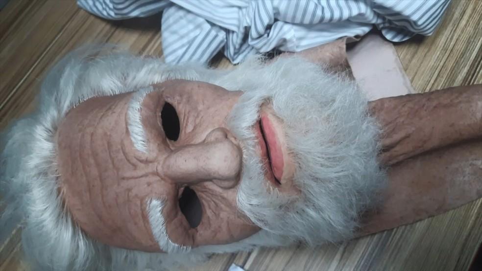 Máscara foi encontrada pela PM no estacionamento do shopping — Foto: Reprodução/TV Gazeta