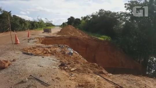 Rodovia continua com cratera que se abriu na via há dois meses, em RO