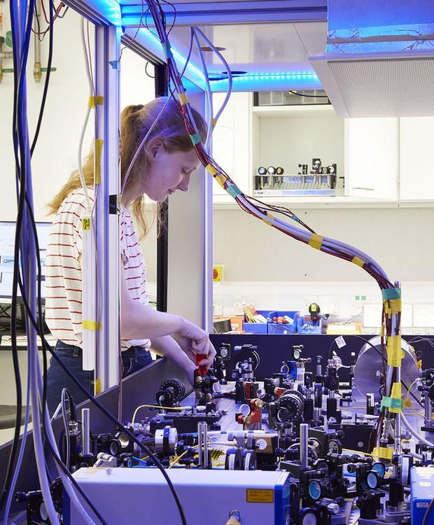Laboratórios subterrâneos são altamente equipados para que os estudantes e professores possam realizar todo tipo de pesquisa acadêmica (Foto: Jim Stephenson/ Reprodução)