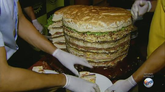 Calouros da USP de São Carlos devoram lanche gigante de 90 quilos em 1 hora