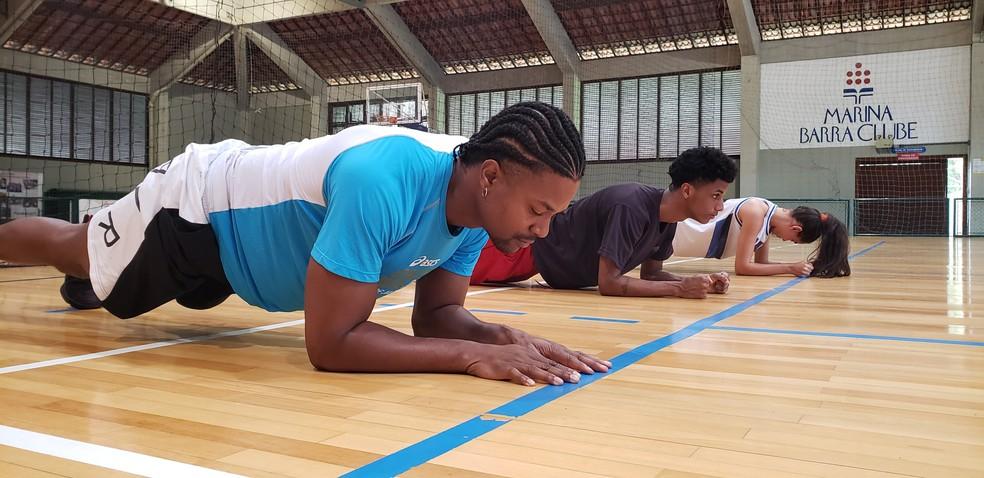 David Junior, Caio Cabral e Giovanna Coimbra durante treino em quadra de basquete  — Foto: Karla Bittencourt/Globo