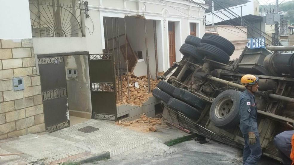 Caminhão carregado com lajotas tombou e atingiu casa em Juiz de Fora (Foto: Corpo de Bombeiros/Divulgação)