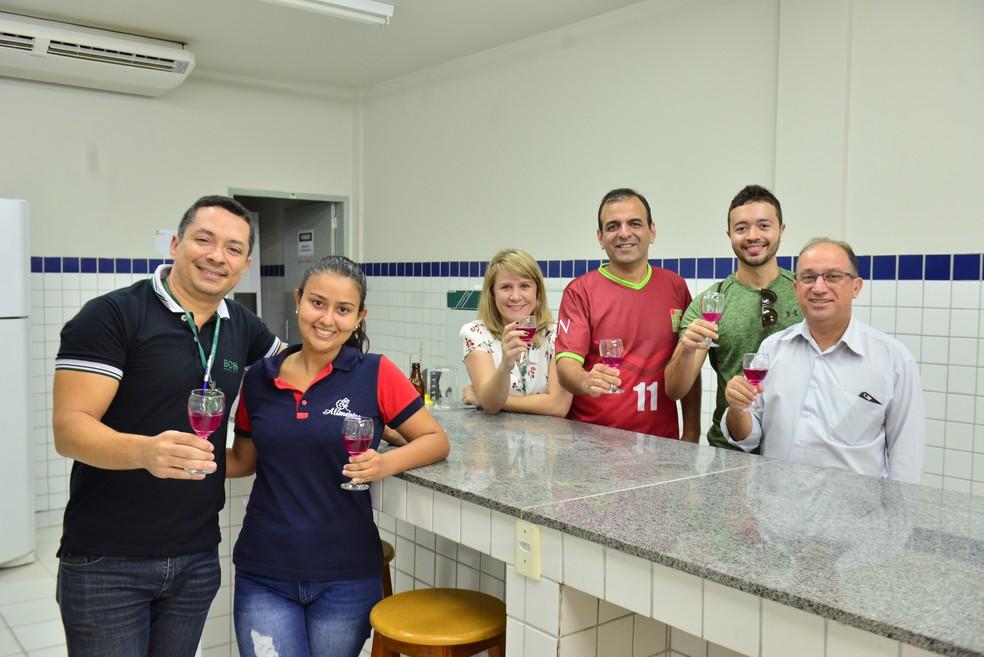 Professor Jonas Almada, Gabriella Rodrigues, Andreilson Oliveira, diretor do Campus, Wyllys Tabosa, reitor, e equipe de comunicação do IFRN provando a Ginger Beer (Foto: Alberto Medeiros/IFRN)