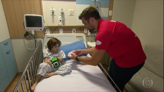 Nadador americano faz mágicas para crianças internadas em hospital no Rio