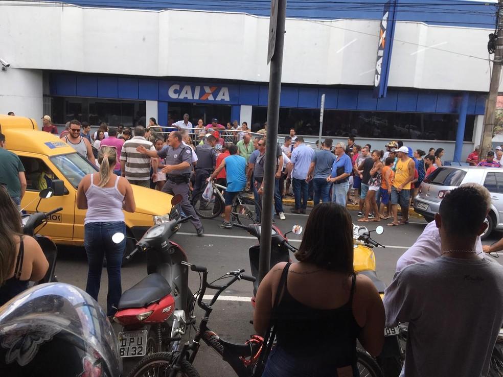 Pessoas se aglomeram ao lado da vítima caída na calçada para ajudar e houve tumulto no centro de Garça — Foto: Arquivo pessoal