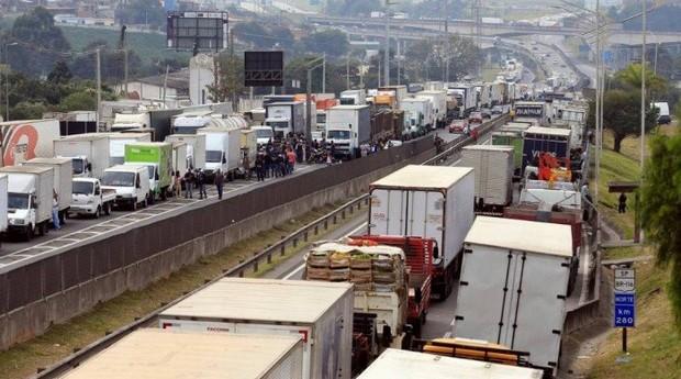 Greve dos caminhões afeta vários negócios pelo país (Foto: O Globo)