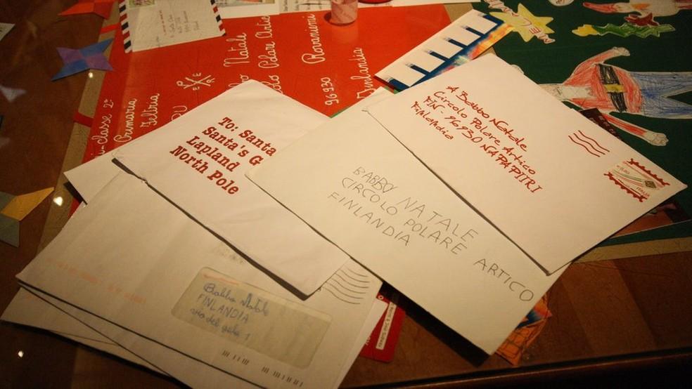 Cartinhas expostas no correio oficial do Papai Noel — Foto: Mariana Veiga/BBC