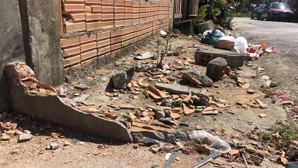 Mureta na calçada também foi destruída. Carro só parou após derrubar uma árvore e uma moto estacionada.  — Foto: Leandro Marques/G1