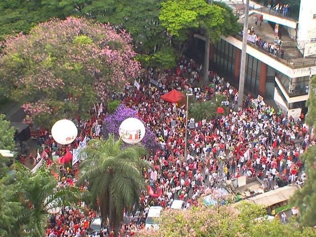 Ato pró-Dilma e Lula se concentra na Praça Afonso Arinos, em Belo Horizonte (Foto: Reprodução/TV Globo)