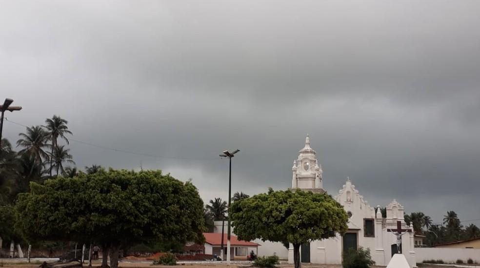 Almofala, em Itarema, Litoral Norte amanheceu com nuvens de chuva.  — Foto: João Ribeiro/Arquivo Pessoal