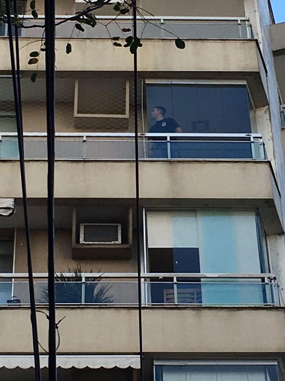 Policial federal dentro do apartamento de Marcello Miller, na Lagoa, na Zona Sul do Rio. (Foto: Pedro Figueiredo/ TV Globo)