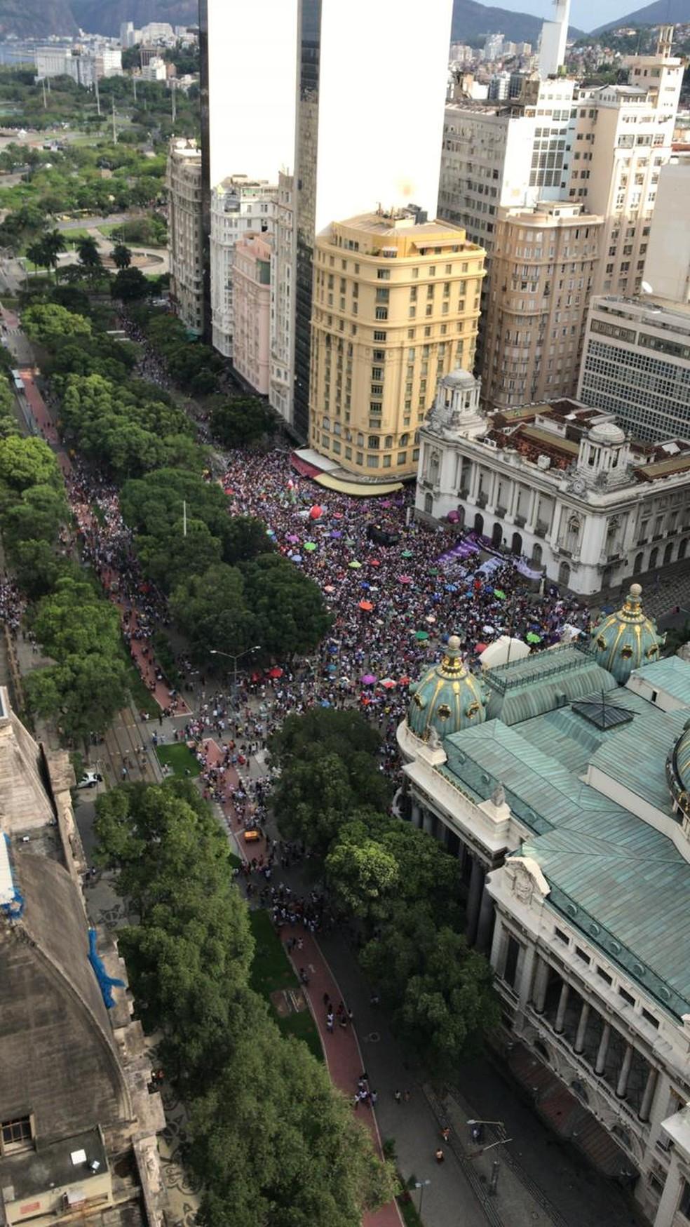 No Rio, manifestantes contrários a Bolsonaro estão concentrados na Cinelândia, no centro da cidade — Foto: G1