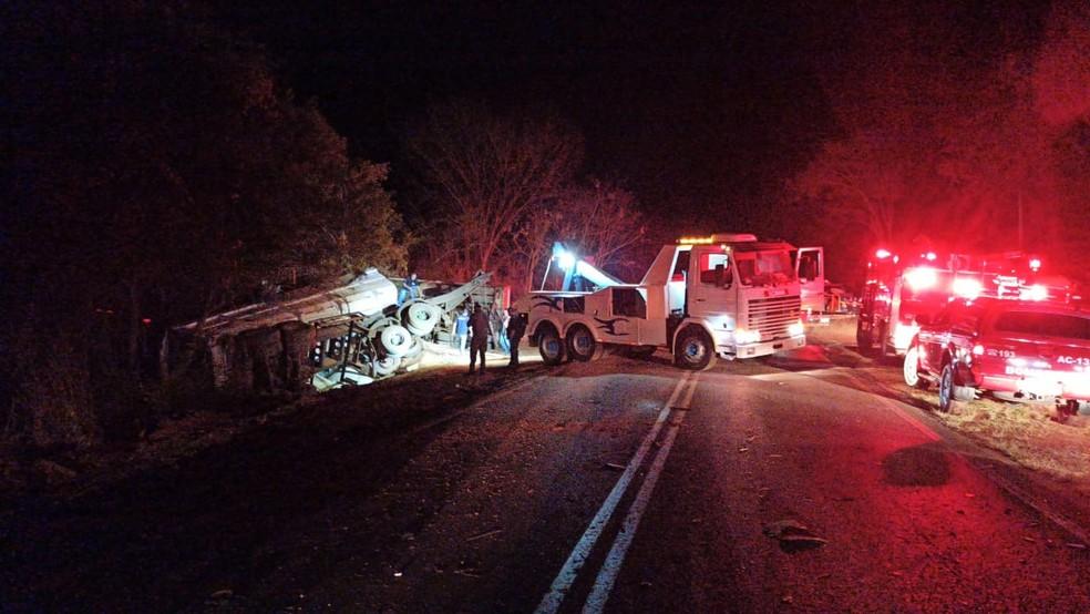 Guincho retirando caminhão envolvido no acidente  — Foto: Ricardo Freitas/TV TEM