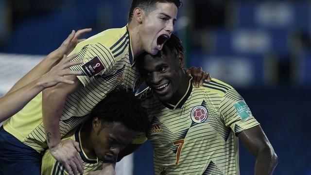 James Rodríguez comemora gol com Cuadrado e Zapata na vitória da Colômbia contra a Venezuela