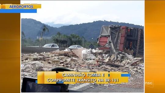 Caminhão carregado com telha tomba e provoca outro acidente na BR-101, em Joinville