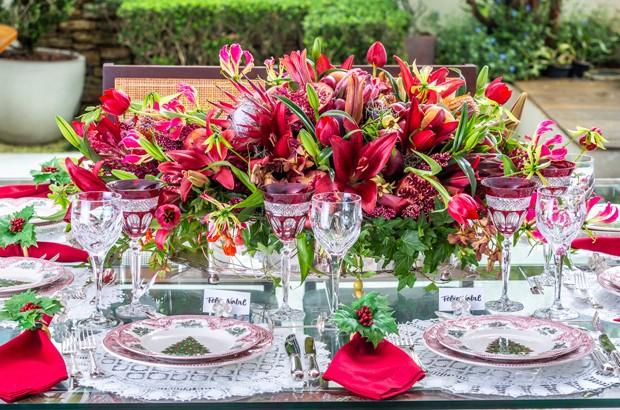 Aprenda a montar uma mesa de natal diferente com flores e frutas (Foto: Douglas Daniel)