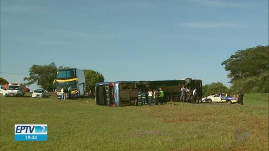 Quatro vítimas de tombamento de ônibus na Anhanguera seguem hospitalizadas em Orlândia, SP