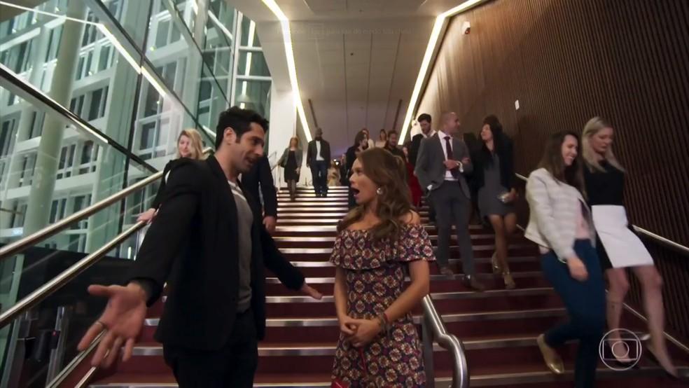 Beto (João Baldasserini) chama Tancinha (Mariana Ximenes) para visitar o camarim de Claudia Raia - 'Haja Coração' — Foto: Globo