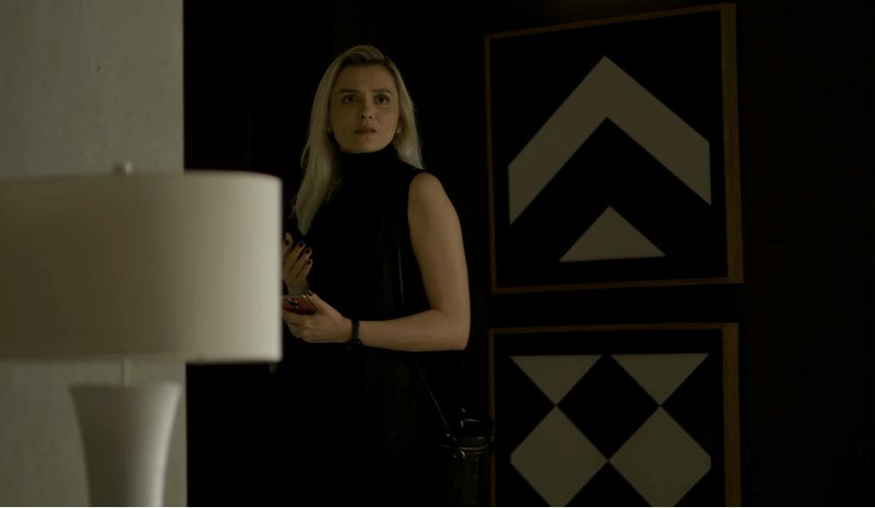 Kim (Monica Iozzi) estranha o comportamento de Vivi (Paolla Oliveira) e alerta Beatriz (Natália do Vale), em 'A Dona do Pedaço' — Foto: TV Globo