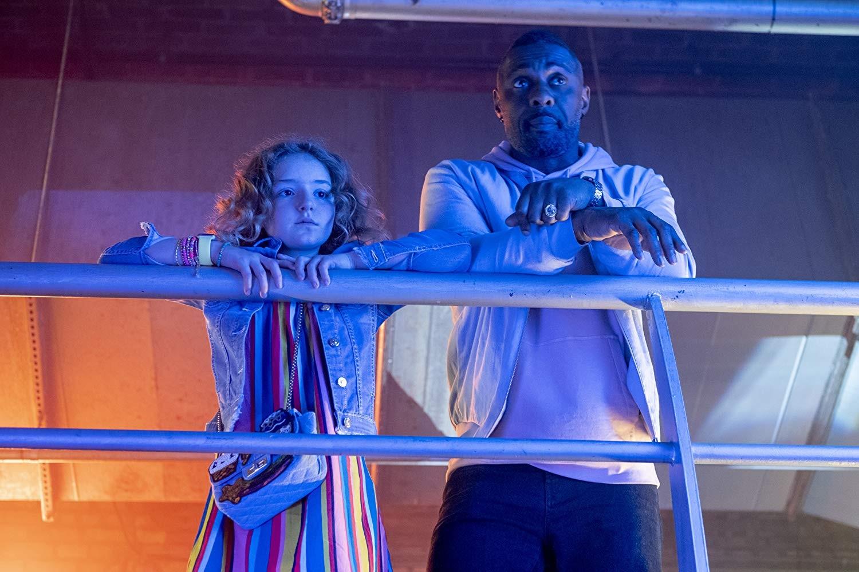 Frankie Hervey e Idris Elba em Se Joga, Charlie (2019) (Foto: Divulgação)