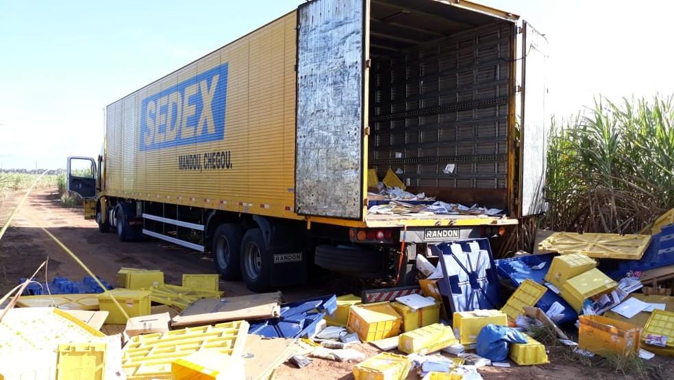 Caminhão dos correios foi encontrado em uma estrada carroçável em Canguaretama (Foto: Divulgação/Polícia Rodoviária Federal)