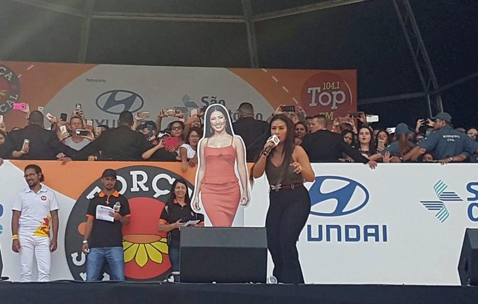 Fãs entregaram a Simone uma 'Simaria de papelão' em tamanho real (Foto: Marília Neves/G1)