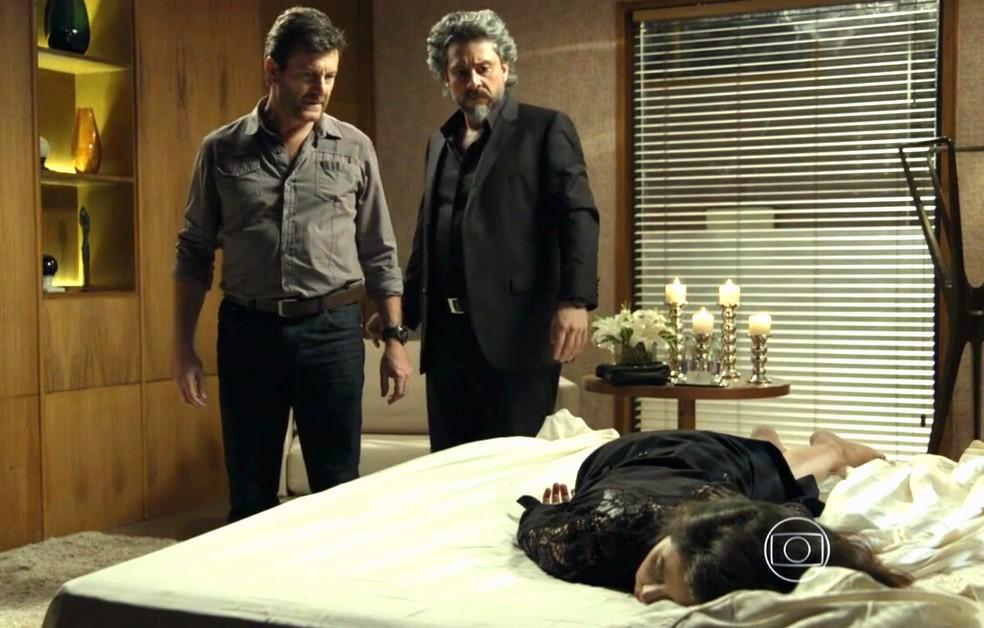 José Alfredo (Alexandre Nero) e Josué (Roberto Birindelli) dopam Cora (Marjorie Estiano) - 'Império' — Foto: Globo